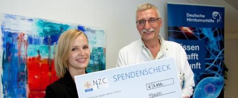 Julia Schwarzenberger und Dr. Bernd Hoffmann bei der Übergabe der Spende im Clemenshospital